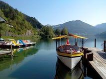 Boot en catamarans op bergmeer Stock Afbeeldingen