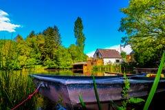 Boot en de zomerhuis, rustige omgeving royalty-vrije stock fotografie