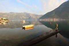 Boot en het beeldje van Aphrodite op de pijler montenegro royalty-vrije stock foto