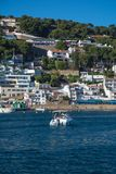 Boot en het inbouwen van Estartit-baai Royalty-vrije Stock Foto's