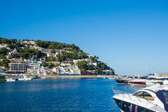 Boot en huizen in Estartit-baai op Costa Brava Royalty-vrije Stock Foto