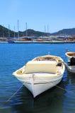 Boot en jachten, dichtbij eiland Kekova royalty-vrije stock afbeelding