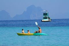 Boot en kano op het blauwe overzees Stock Afbeelding