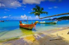 Boot en kokosnoot op het eiland Stock Afbeelding