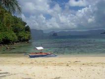 Boot en oceaan tropische toneel Stock Foto