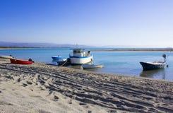 Boot en Overzees, Weinig Haven, Zuid-Italië, Uitstekende Scènestrand en Kustlijn Stock Afbeeldingen
