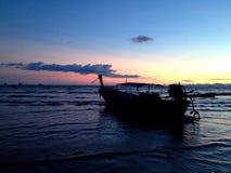 Boot en Overzees in Zonsondergangtijd Royalty-vrije Stock Fotografie