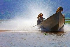 Boot en plonsen op meer Inle, Myanmar Royalty-vrije Stock Foto