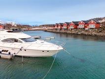 Boot en rorbucabines in Stokmarknes, Vesteralen, Noorwegen Stock Foto's