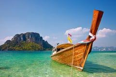 Boot en rots dichtbij tropisch eiland Royalty-vrije Stock Fotografie
