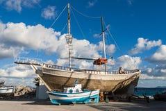 Boot en schip in Griekenland Stock Afbeeldingen