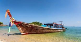 Boot en strand in Krabi, Thailand stock afbeelding