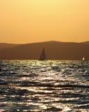 Boot en zonsondergang stock afbeeldingen