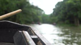 Boot fährt gegen Wald u. Kanal in Pirojpur, Bangladesch stock video