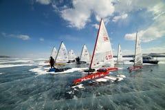 Boot für das Kitewing gefrorenes Eis auf einem schönen See auf einem Hintergrund des blauen Himmels Stockbilder
