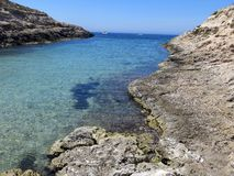 Boot festgemacht auf der Insel von Lampedusa lizenzfreie stockbilder