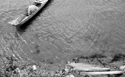 Boot festgemacht auf der Treppe Stockbild