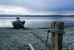 Boot festgemacht auf einem See Stockbild