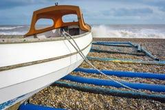 Boot festgemacht auf einem windigen Strand Lizenzfreies Stockfoto