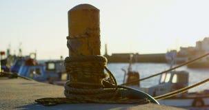 Boot festgemacht am Dock 4k stock video
