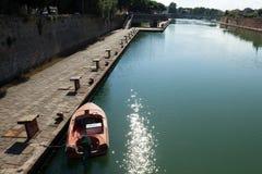 Boot festgemacht am Dock von Rimini Stockbild