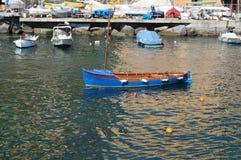 Boot festgemacht im Hafen von camogli Stockbild