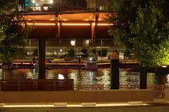 Boot festgemacht im Stadteinlaß stockfoto