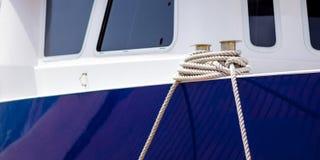 Boot festgemacht mit Seil Stockfoto