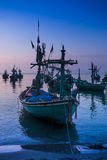 Boot festgemacht nahe der Küste bei Sonnenaufgang Stockbilder