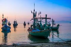 Boot festgemacht nahe der Küste bei Sonnenaufgang Lizenzfreies Stockbild