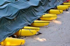 Boot floater als lijn op zand Stock Foto's