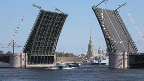 Boot FSO von Russland sind unter der angehobenen Palastbrücke St Petersburg stock video