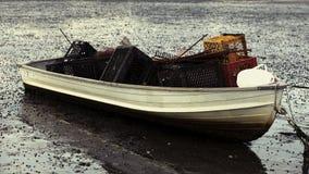 Boot gefüllt mit Austernrührstangen und -kisten in Wellfleet-Hafen auf Cape Cod, Wellfleet MA lizenzfreie stockbilder
