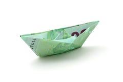 Boot gefaltet von der Euroanmerkung Stockfoto