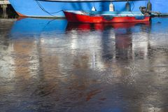 Boot in gefrorenem Wasser stockfoto