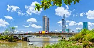 Boot geht zum Stadtgebiet voran, das Saigon hastet Lizenzfreies Stockbild