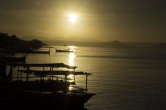 Boot geparkt am Seeufer, das Inter- Inselreisende ansprechen Stockbild