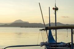 Boot geparkt am Seeufer, das Inter- Inselreisende ansprechen Lizenzfreie Stockfotografie