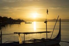 Boot geparkt am Seeufer, das Inter- Inselreisende ansprechen Lizenzfreie Stockbilder