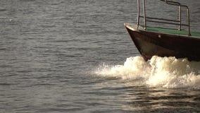 Boot gesegelt auf den Fluss stock footage
