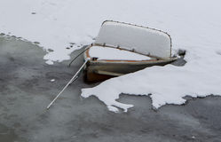 Boot gesunken in das gefrorene Wasser Lizenzfreies Stockbild