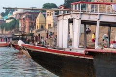 Boot in Ghat in Varanasi, India wordt gedokt dat Royalty-vrije Stock Afbeeldingen