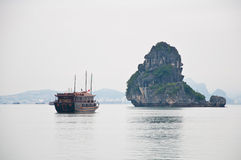 Boot in Halong baai, Vietnam Stock Fotografie
