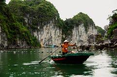 Boot halong Bucht-Vietnam-Coracle mit Rudern lizenzfreie stockfotos