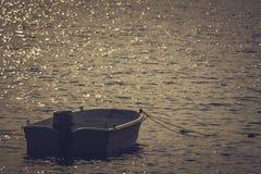 Boot in haven bij zonsondergang wordt vastgelegd die royalty-vrije stock afbeeldingen