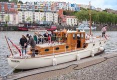 Boot in haven met partij aan boord Royalty-vrije Stock Afbeelding