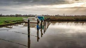 Boot in haven tegen Nederlandse bewolkte hemel royalty-vrije stock afbeeldingen