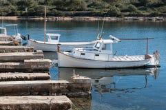 Boot in haven wordt vastgelegd die Royalty-vrije Stock Afbeeldingen