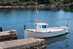 Boot in haven wordt vastgelegd die Stock Foto