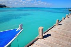 Boot in het houten tropische Caraïbische overzees van pijlerCancun royalty-vrije stock fotografie